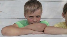 Porträt der Kinder der Freunde, welche die Kamera betrachten stock video footage