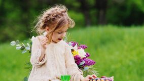 Porträt der kleinen Liebhaber der Bonbons Sie aß viel Schokolade und das Lecken ihrer Finger und lachte Lustiges Video mit stock video