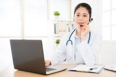 Porträt der lächelnden Ärztin im Gespräch lizenzfreie stockbilder