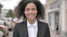 Porträt der lächelnden afrikanischen Geschäftsfrau Standing Outdoor entlang Straße stock video footage