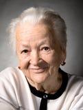Porträt der lächelnden alten Frau lizenzfreies stockbild