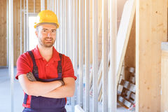 Porträt der lächelnden Arbeitskraft auf Baustelle Stockbilder