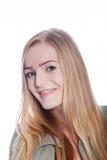 Porträt der lächelnden blonden Frau im Studio Stockbild