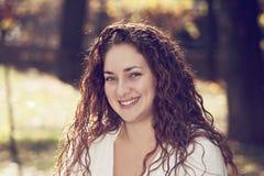 Porträt der lächelnden Frau stockfotografie