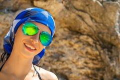 Porträt der lächelnden Frau in den Gläsern und des Bandana, sonniger Tag des Sommers Lizenzfreie Stockfotos