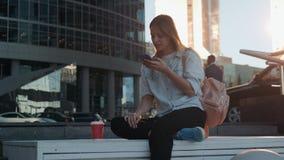 Porträt der lächelnden Frau, die Smartphonespracherkennung verwendet Junges kaukasisches Mädchen, das mit Kopfhörern und der Hers stock video