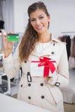 Porträt der lächelnden Frau ein Geschenk mit Kreditkarte zahlend stockfoto