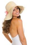 Porträt der lächelnden Frau im Badeanzug und im Hut Stockfotografie