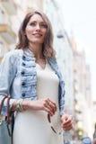Porträt der lächelnden Frau mit dem langen Haar, das zufällige Kleidung trägt Lizenzfreie Stockfotos