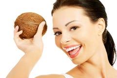 Porträt der lächelnden Frau mit einer Kokosnuss Stockbild