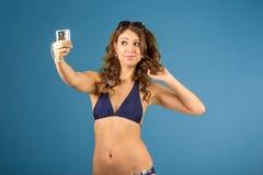 Porträt der lächelnden Frau mit Kamera Stockbilder