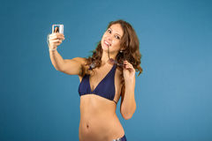 Porträt der lächelnden Frau mit Kamera Stockfoto
