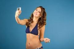 Porträt der lächelnden Frau mit Kamera Lizenzfreies Stockfoto