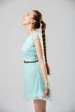Porträt der lächelnden Frau mit perfekter langer glänzender Atelieraufnahme des blonden Haares Lizenzfreies Stockfoto