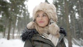 Porträt der lächelnden Frau Winterzeit genießend Stockfotografie