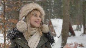Porträt der lächelnden Frau Winterzeit genießend Lizenzfreie Stockfotografie