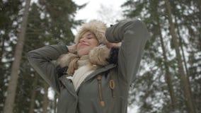 Porträt der lächelnden Frau Winterzeit genießend Stockfotos