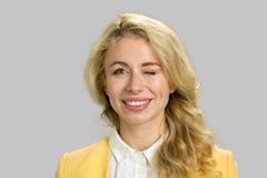 Porträt der lächelnden funkelnden Frau Stockfotografie