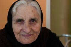 Porträt der lächelnden Großmutter, Kamera betrachtend stockfoto
