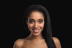 Porträt der lächelnden hübschen nackten Mulattefrau auf dunklem Hintergrund Attraktiv, erfüllt, cheerfull Afroamerikaner Stockfotos