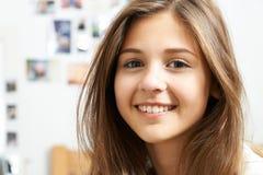 Porträt der lächelnden Jugendlichen zu Hause stockfoto