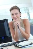 Porträt der lächelnden jungen Frau im Büro Stockfotos