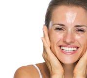 Porträt der lächelnden jungen Frau mit nassem Gesicht Stockfotos
