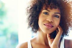 Porträt der lächelnden jungen schwarzen Frau im Sonnenschein stockbilder