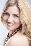 Porträt der lächelnden kaukasischen blonden Frau über Gray Studio Backd stockfotos