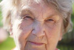 Porträt der lächelnden reifen alten Frau draußen Lizenzfreie Stockbilder