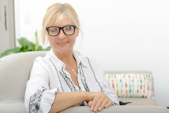 Porträt der lächelnden reifen Frau mit Brillen Lizenzfreies Stockfoto