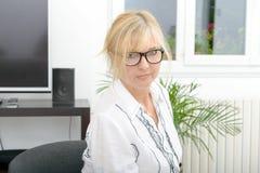 Porträt der lächelnden reifen Frau mit Brillen Stockbilder