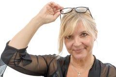 Porträt der lächelnden reifen Frau mit Brillen Stockbild