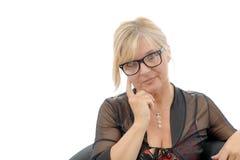 Porträt der lächelnden reifen Frau mit Brillen Stockfotografie
