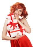 Porträt der lächelnden roten Haarfrau, die Geschenkboxen hält Lizenzfreie Stockfotografie
