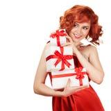 Porträt der lächelnden roten Haarfrau, die Geschenkboxen hält Stockfotos