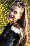 Porträt der lächelnden schönen Frau der Junge Lizenzfreie Stockbilder