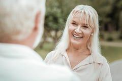 Porträt der lächelnden weiblichen Person des schönen Seniors lizenzfreie stockfotos