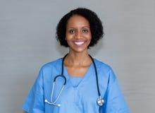 Porträt der lachenden Afroamerikanerkrankenschwester lizenzfreie stockfotos