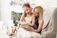 Porträt der lachenden Mutter und der Tochter Lizenzfreie Stockbilder