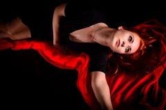 Porträt der leidenschaftlichen effektiven Frau auf Schwarzem Stockbild