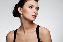 Porträt der Luxusfrau im exklusiven Schmuck Lizenzfreie Stockfotos