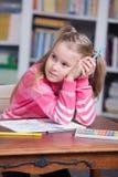 Porträt der Mädchenzeichnung mit bunten Bleistiften Lizenzfreie Stockfotos