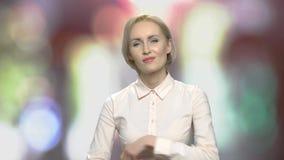 Porträt der misstrauischen hübschen Geschäftsfrau stock footage