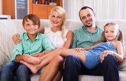Porträt der Mittelstandfamilie stockbild