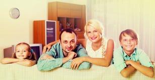 Porträt der Mittelstandfamilie lizenzfreies stockfoto