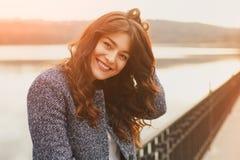 Porträt der Modefrau im Freien Schönes Mädchen, das auf der Straße im schwarzen Mantel aufwirft Foto tonte Art instagram Filter lizenzfreie stockbilder