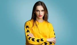 Porträt der modischen zufälligen jungen Frau stockfotografie
