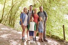 Porträt der multi Generations-Familie, die zusammen Weg entlang Waldweg genießt stockbilder