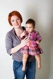 Porträt der Mutter Babytochter halten lizenzfreies stockbild